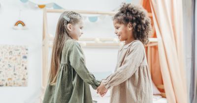 Yuk, Ajarkan Anak Membuat Friendship Bracelet Sahabat Ma