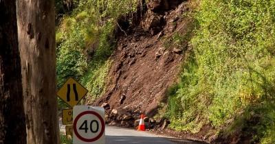 Tebing Setinggi 10 Meter Blitar Longsor Menimpa Rumah Warga