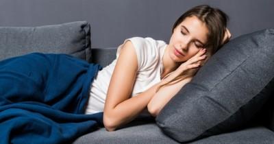 Waspada, Inilah 5 Dampak Buruk Akibat Suka Tidur Sofa
