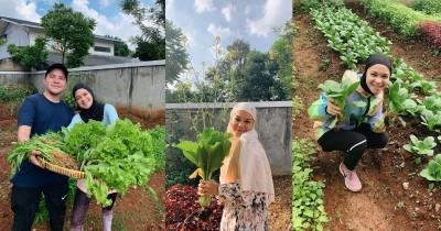Ubah Lahan Kosong Jadi Sawah, 7 Fashion Tantri Namirah saat Berkebun