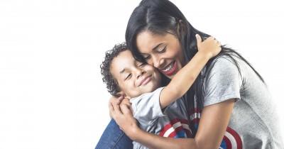 7 Tanda Anak Mengembangkan Keterikatan Sehat Mama