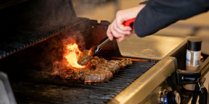 4. Tidak mengonsumsi makanan dibakar atau digoreng