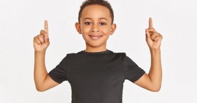 7 Kepribadian dan Karakter Anak yang Menyukai Warna Hitam yang Berani