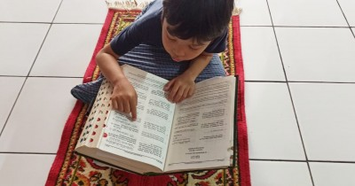 Ini Lho Ma Cara Membiasakan si Kecil Tadarus Alquran Selama Ramadan