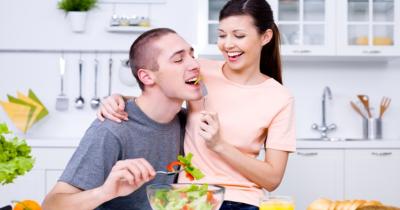 7 Cara Membantu Pasangan Mengatasi Emotional Eating