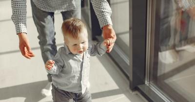 Usia Berapa Bayi Mulai Berjalan Yuk, Dukung Perkembangannya