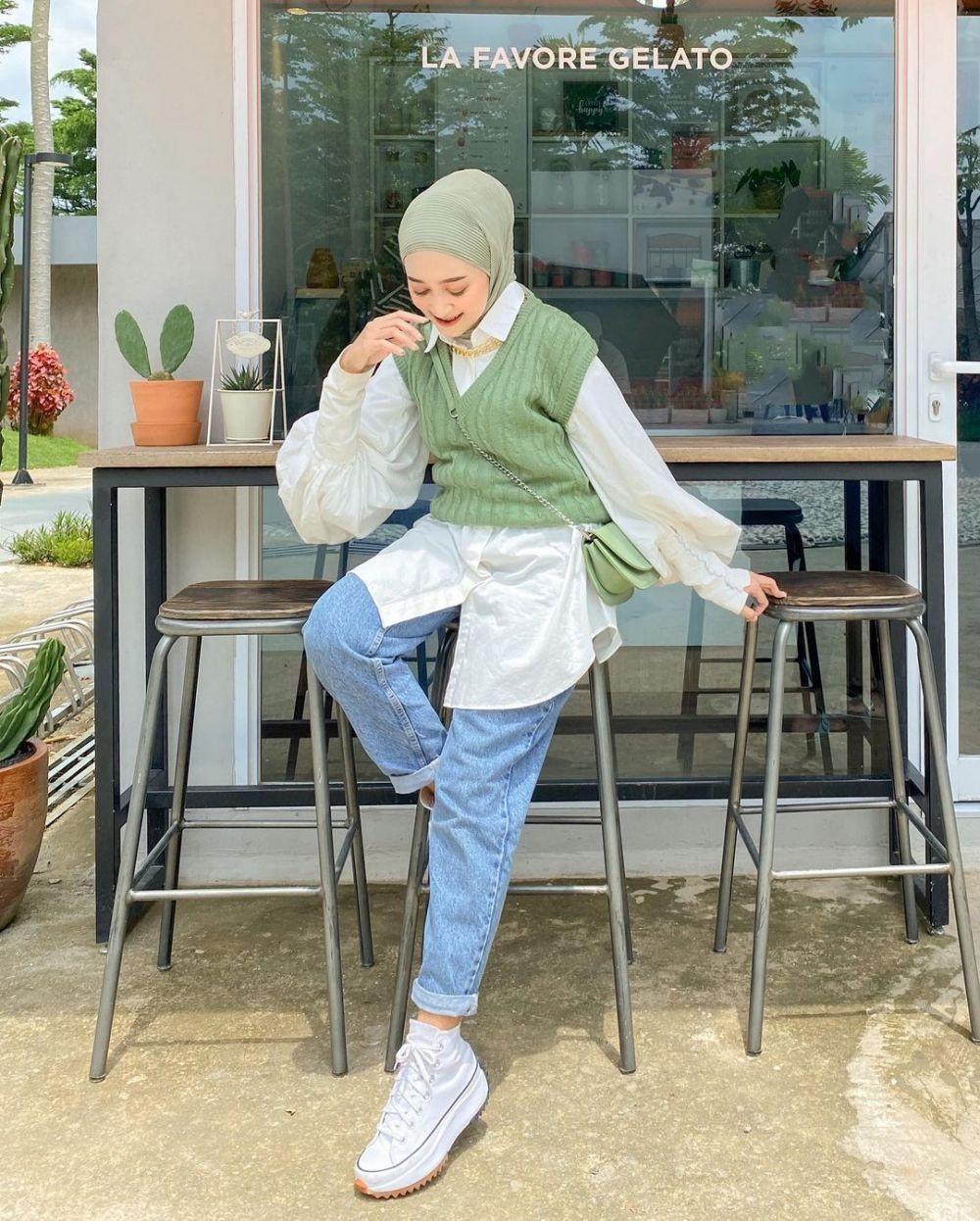4. Vest hijau paduan kemeja gaya preppy look