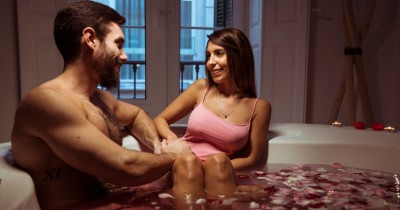 Tak Kalah Bergairah, Inilah 5 Posisi Seks Bathub Mesti Dicoba