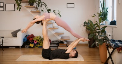 7 Pose Yoga Berfungsi Ganda sebagai Posisi Seks