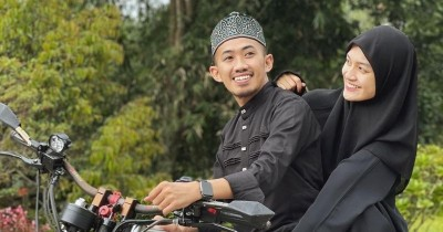 7 Inspirasi OOTD Couple Lebaran dari Ustaz Syam & Jihan Ghazali