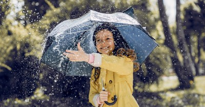 5 Rekomendasi Aktivitas Anak Luar Rumah saat Musim Hujan