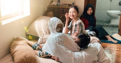 2 Putri Positif Corona, Zaskia Mecca Pakai APD Bertemu Mereka
