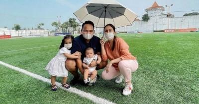 Potret Baby Abe, Anak Kedua Momo Geisha Pu Lapangan Bola