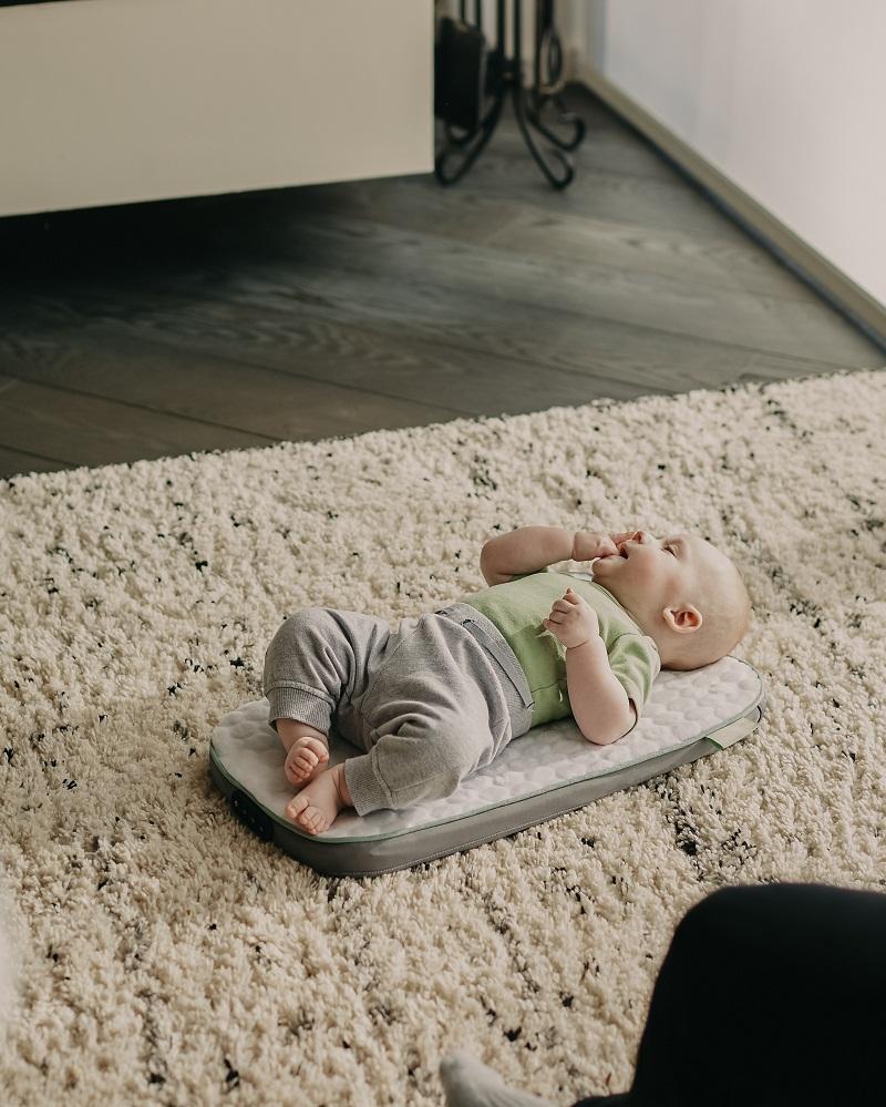2. Tetap berada sekitar bayi saat musik diputar