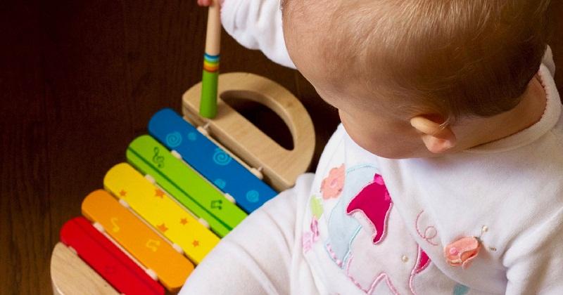 4. Dorong bayi membuat musik sendiri