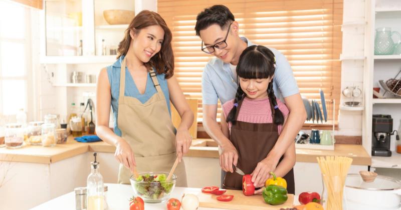 3. Minta remaja membantu Mama masak