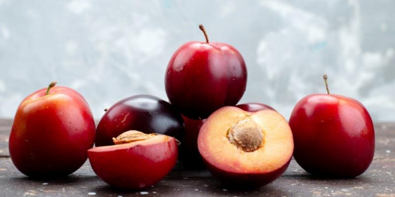 2. Buah plum bisa meningkatkan aliran darah ke rahim