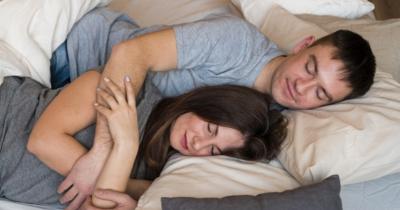 6 Tips Tidur Bersama Pasangan Meningkatkan Kemesraan