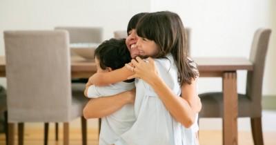 6 Fakta Mengejutkan Mengapa Orangtua Perlu Sering Memeluk Anak