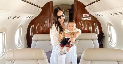7 Potret Baby Abe Anak Momo Geisha Liburan Naik Pesawat Pribadi