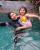 2. Vania bermain bersama Venna Melinda kolam renang