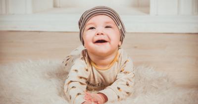 5 Cara Membuat Bayi Mudah Tersenyum