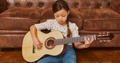 8 Alasan Mengapa Anak Perlu Belajar Bermain Alat Musik Sejak Dini