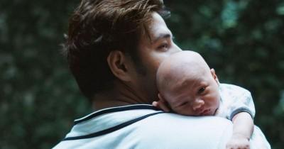 Sosok Papa Penyayang, 7 Potret Ammar Zoni saat Mengasuh Baby Air