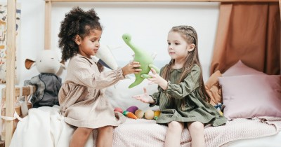 7 Tips Membuat Anak Suka Berbagi Sejak Usia Dini