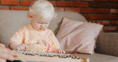 7 Alat Musik Anak 1 Tahun, Kenalkan Demi Mendukung Kecerdasannya