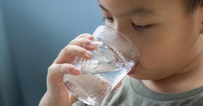 Apakah Berbahaya Jika Anak Sering Minum Air Putih Dingin