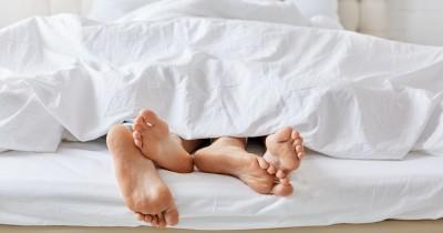 Pilih Forking atau Spooning Posisi Seks Sambil Berbaring Miring