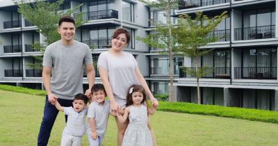 7 Foto Keluarga Jonathan Frizzy Bersama Istri Tiga Anaknya