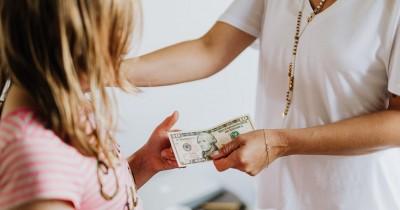 Bolehkah Memberi Anak Uang Sebagai Bentuk Imbalan