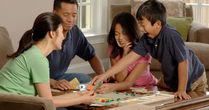 2. Mengajak anak bermain permainan mengajarkan investasi