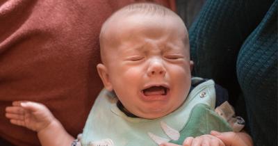 3 Langkah Pertolongan Pertama Bayi Tersedak ASI
