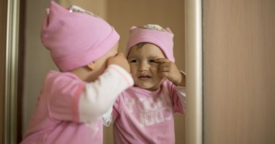 Manfaat Bermain Cermin Bayi, Meningkatkan Beragam Keterampilan