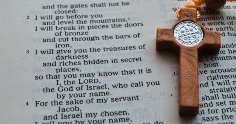10 Ayat Alkitab yang Mengajarkan tentang Saling Mengasihi Sesama