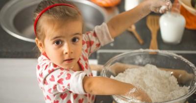 5 Cara Kreatif Aman Mengajak Anak Lebih Terlibat Dapur